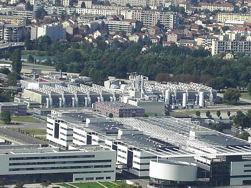 Illustration : Le LETI (Laboratoire d'électronique des technologies de l'information) installé juste derrière Minatec (Micro- & Nanotechnologies) – Grenoble. Dans cette ville, c'est près de 20 000 emplois, directs et indirects, qui dépendent du secteur électronique.