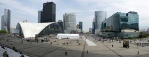 La Défense, haut lieu du capitalisme en France. les plus grandes entreprises énergétiques françaises y ont leur siège.