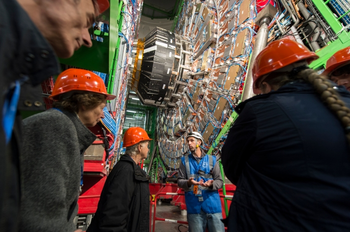 Journée portes ouvertes 2013 du CERN : partie intérieure du détecteur de 15 m de haut de l'expérience CMS. (voir aussi sur le PDF en téléchargement les autres illustrations de cet article en p. 60 de la revue n°5).
