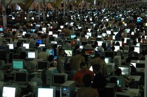 LAN party, janvier 2004, Espagne : une LAN party est un événement rassemblant des centaines de personnes dans le but de jouer à des jeux vidéo en utilisant un réseau local.
