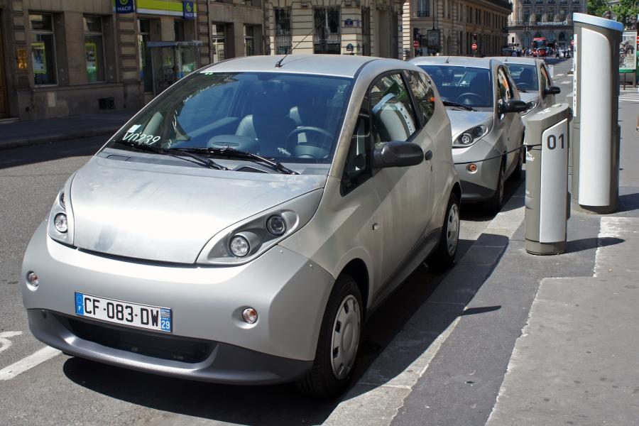 Autolib' le service public d'autopartage de voitures électriques en libre service au sein de l'agglomération parisienne. Privilégier l'usage plutôt que la possession, autrement dit vendre des services liés aux produits plutôt que les produits eux-mêmes.