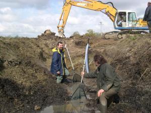Un exemple d'ingénierie écologique : Alain Pagano et un de ses collègues travaillant à la restauration d'une mare pour la protection des amphibiens sur un chantier d'élargissement d'une route départementale