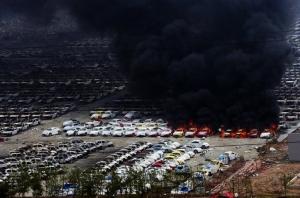 Des milliers de voitures en feu suite à l'explosion de Tianjin le 15 août 2015.