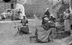 Dans les années 1890-1920, des centaines de milliers d'hommes et, surtout, de femmes travaillaient chez eux, pour des salaires de famine, à l'image des autoentrepreneurs ubérisés du XXIe siècle.